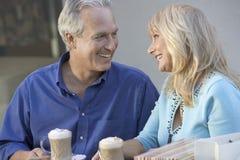 爱恋的坐在Café的中世纪夫妇 免版税库存照片