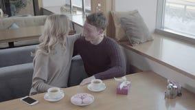 爱恋的夫妇一起花费时间和庆祝华伦泰` s天 影视素材