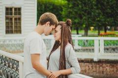 爱恋的夫妇享用 免版税库存照片