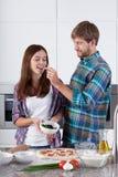 爱恋的夫妇做了一个薄饼 库存图片