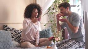 爱恋的夫妇吃早餐在床 股票视频