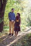 爱恋的夫妇在公园 免版税库存图片