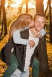 年轻爱恋的夫妇在公园 库存图片