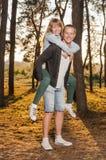 年轻爱恋的夫妇在公园 免版税库存照片