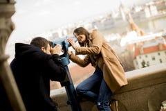爱恋的夫妇在布达佩斯,匈牙利历史地区  免版税库存图片