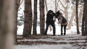 爱恋的夫妇在森林里 影视素材