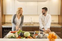 爱恋的夫妇在现代厨房里 库存图片