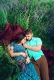 爱恋的夫妇在草甸一起说谎 库存图片