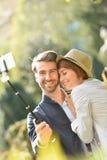 爱恋的夫妇在采取selfie纪念品的镇里 免版税库存照片
