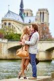 爱恋的夫妇在Notre Dame大教堂附近的巴黎 库存图片