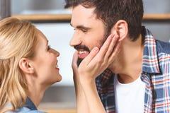 年轻爱恋的夫妇容忍 免版税图库摄影