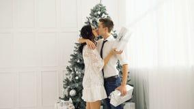 爱恋的夫妇少年和圣诞节 股票视频