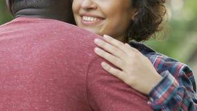 爱恋的夫妇拥抱在长的分离以后的,浪漫感觉,愉快的情感 股票视频
