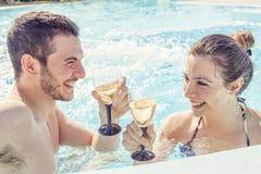 年轻爱恋的夫妇放松和饮料酒 免版税库存照片