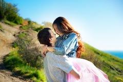 爱恋的夫妇有幸福和喜悦的美好的片刻由海 爱和柔软 生活方式概念 免版税库存图片