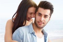 爱恋的夫妇海滩画象  库存照片