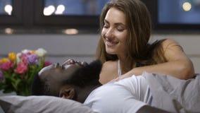爱恋的夫妇的关闭谈话在床上 股票视频