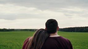 爱恋的夫妇美好的后面看法在领域的,看彼此 妇女倾斜她的头供以人员肩膀 缓慢的mo 影视素材