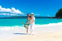 年轻爱恋的夫妇获得乐趣在热带海滩 免版税库存照片