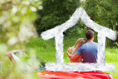 爱恋的夫妇赞赏的自然的综合图象,当倾斜在他们的敞蓬车时 图库摄影