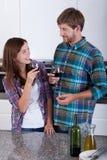 爱恋的夫妇饮用的酒 免版税图库摄影