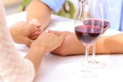 爱恋的夫妇饮用的酒 免版税库存图片