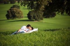 爱恋的夫妇 免版税库存照片