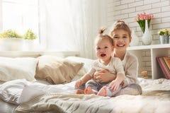 爱恋的姐妹拥抱 免版税库存照片