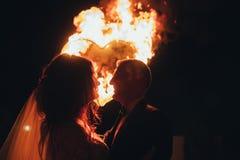 爱恋的婚礼夫妇和灼烧的心脏 库存照片