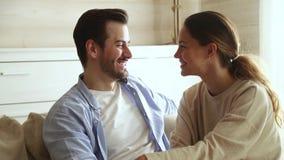 爱恋的年轻在家放松夫妇结合的笑的感人的前额 股票录像