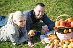 爱恋的年轻夫妇有一顿野餐 库存图片