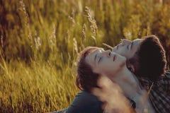 爱恋的快乐夫妇 库存图片