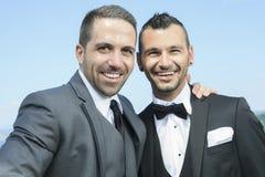 爱恋的快乐男性夫妇在他们的婚礼之日 库存图片