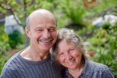爱恋的成熟夫妇在后院庭院里在晴天 免版税库存照片
