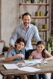 爱恋的摆在父亲和他的孩子,当绘时 库存图片