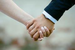 爱恋的新娘和新郎的两只手在婚礼之日 库存照片