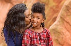爱恋的母亲亲吻孩子 免版税图库摄影