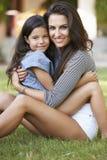爱恋的母亲和女儿画象在庭院里 免版税库存图片