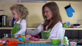 爱恋的母亲在厨房投入了小孩女儿女孩围裙 影视素材