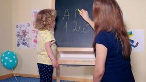 爱恋的母亲妇女和她的女儿女孩文字信件和数字 股票录像