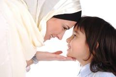 爱恋的母亲穆斯林儿子 免版税库存照片