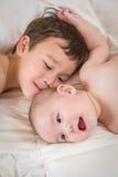 爱恋的混合的族种中国和白种人小兄弟拥抱 库存照片
