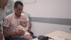 爱恋的父亲在医院拿着他的胳膊的小女儿 股票录像