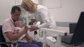 爱恋的父亲在医院拿着他的胳膊的小女儿 股票视频
