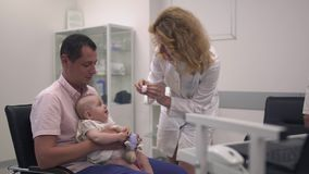 爱恋的父亲在医院拿着他的胳膊的小女儿 影视素材
