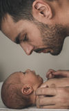 爱恋的父亲画象有婴孩的在家 被定调子的乌贼属 图库摄影