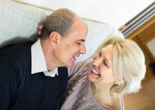 爱恋的资深夫妇在家 库存照片