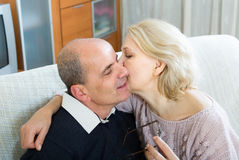 爱恋的资深夫妇在家 图库摄影