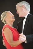 爱恋的资深夫妇跳舞 库存图片