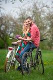 爱恋的年轻加上自行车 库存照片